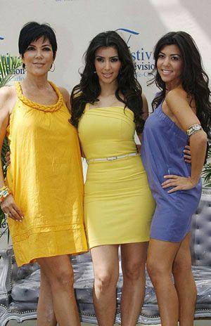 Esmer güzeller Kim Kardashian , kızkardeşi Kourtney ve annesi Kris Jenner.